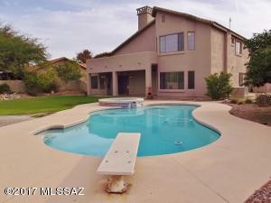 Resort-like diving pool, spa, & grassy area in oversized back yard