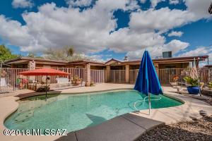 Swimming pool with lagoon shelf