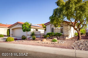 Sun City Oro Valley – 3BR, 3BA Crescent model expanded to 2,512sf with updated kitchen, baths & flooring & pool. Lovely courtyard entry.