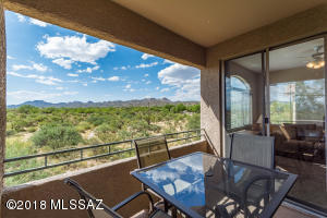 Located in beautiful Oro Valley Arizona, this second floor condo is move-in ready.