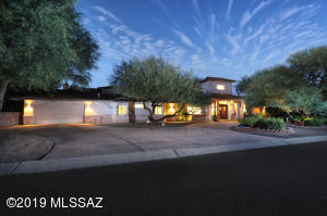 Beautiful Tucson Country Club estates home, with 5 bedrooms, 5 bathroom and over 4,500 Sq Ft of living space. Experience the ultimate lifestyle at Tucson Country Club