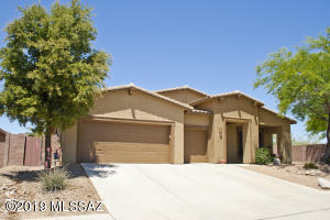This fabulous 5 bedroom single level home is situated conveniently to amenities in Oro Valley.