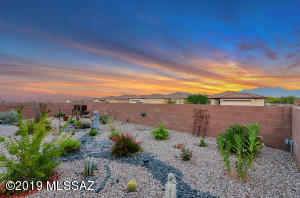 A Spacious back yard with Mtn Views!!