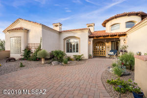 Professionally landscaped front courtyard