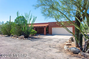 Classic Ranch in fabulous cul de sac location in Catalina Foothills! Wonderful natural desert landscape and great privacy.