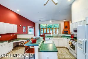 637 W Tiger Place, Green Valley, AZ 85614