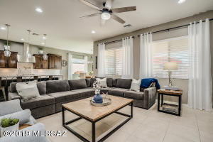 Fantastic living space with beautiful finishes!