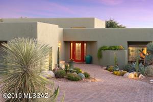 3,370sf, 3BR, 2½BA custom southwest-style home in gated Sin Vacas