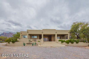 Welcome home to this lovely hilltop home in Oro Valley CC Estates