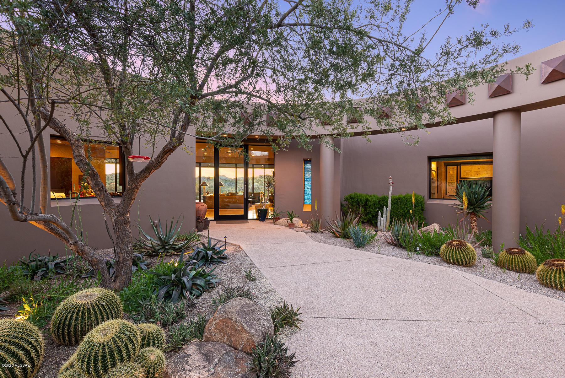 Photo of 525 E Crescent Moon Drive, Oro Valley, AZ 85755