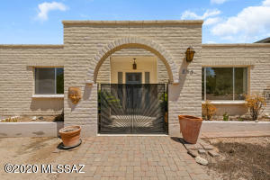 Welcome home to this beautiful home in the Oro Valley Country Club!