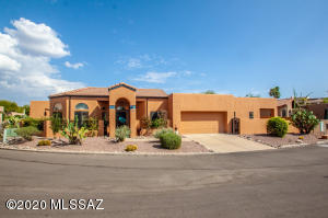 Outstanding showpiece townhome in the Catalina Mountain area townhome.