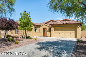2,779sf, 3BR, 2BA Oro Valley single story home in Gated Siena at Vistoso