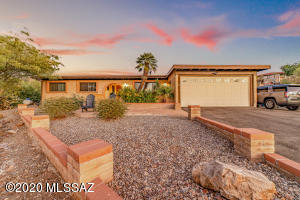 4 bedroom, 2 bathroom home with gorgeous mountain views. Located in the Skyline Bel Air Estates and Catalina Foothills School District.