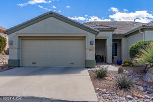 Welcome to this beautiful townhome in The Highlands at Dove Mountain