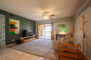 Spacious 2 Bedroom, 2 full bath condo in great location of Oracle/Orange Grove area.
