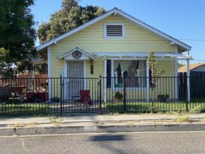 911 W Goshen Avenue, Visalia, CA 93291
