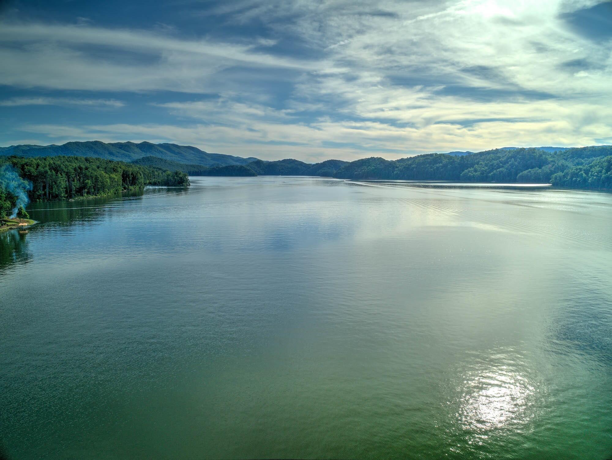 LAKE FRONT, LAKE & MOUNTAIN VIEWS!