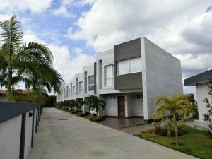 Townhouse En Ventaen Higuerote, Puerto Encantado, Venezuela, VE RAH: 16-1976
