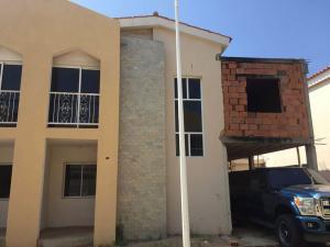 Townhouse En Ventaen Maracaibo, Avenida Goajira, Venezuela, VE RAH: 18-3148