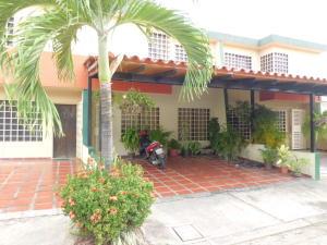 Townhouse En Ventaen Municipio San Diego, Sabana Del Medio, Venezuela, VE RAH: 18-3234