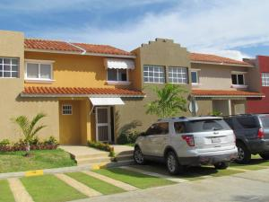 Townhouse En Ventaen Higuerote, Puerto Encantado, Venezuela, VE RAH: 18-4447