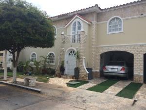Townhouse En Ventaen Maracaibo, Avenida Milagro Norte, Venezuela, VE RAH: 18-7759