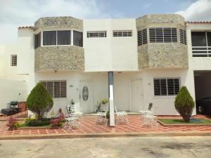 Townhouse En Ventaen Maracaibo, Cumbres De Maracaibo, Venezuela, VE RAH: 18-8881