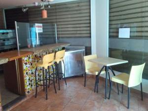 Local Comercial En Ventaen Caracas, Los Dos Caminos, Venezuela, VE RAH: 18-9443