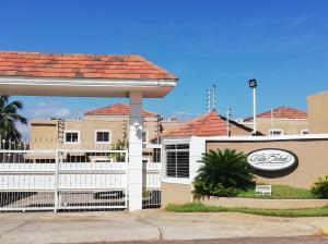Townhouse En Ventaen Maracaibo, Lago Mar Beach, Venezuela, VE RAH: 18-10786