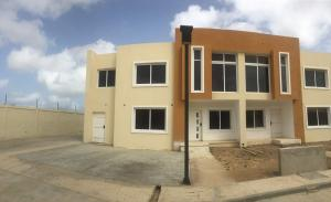 Townhouse En Ventaen Punto Fijo, Puerta Maraven, Venezuela, VE RAH: 18-11330