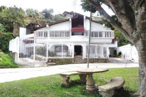 Casa En Ventaen San Antonio De Los Altos, El Cuji, Venezuela, VE RAH: 18-12728