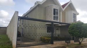 Townhouse En Ventaen Ciudad Ojeda, Barrio Libertad, Venezuela, VE RAH: 18-15499