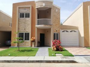 Townhouse En Ventaen Maracaibo, Avenida El Milagro, Venezuela, VE RAH: 19-5166