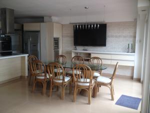 Apartamento En Ventaen Lecheria, El Morro I, Venezuela, VE RAH: 19-6454