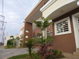 Townhouse En Ventaen Ciudad Ojeda, Avenida Vargas, Venezuela, VE RAH: 19-2801
