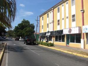 Apartamento En Ventaen Coro, Av Manaure, Venezuela, VE RAH: 19-8372