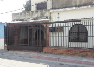 Casa En Ventaen Maracay, Barrio Bolivar, Venezuela, VE RAH: 19-8411