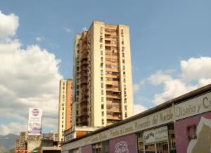 Apartamento En Ventaen Maracay, Avenida Bolivar, Venezuela, VE RAH: 19-8729