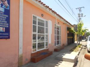 Casa En Ventaen Municipio Los Guayos, Paraparal, Venezuela, VE RAH: 19-11553