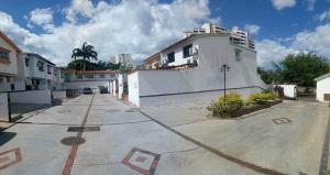 Townhouse En Ventaen Valencia, Valles De Camoruco, Venezuela, VE RAH: 19-15207