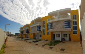 Townhouse En Ventaen Maracaibo, Lago Mar Beach, Venezuela, VE RAH: 19-16185