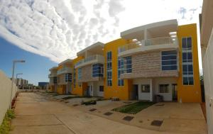 Townhouse En Ventaen Maracaibo, Lago Mar Beach, Venezuela, VE RAH: 19-16188