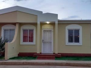 Townhouse En Ventaen Santa Rita, Via Principal, Venezuela, VE RAH: 19-15189