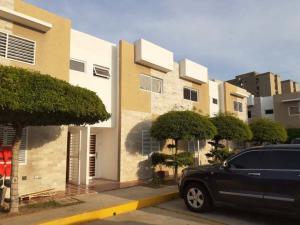 Townhouse En Ventaen Maracaibo, Avenida Goajira, Venezuela, VE RAH: 20-291