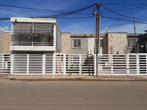 Townhouse En Ventaen Municipio San Francisco, San Francisco, Venezuela, VE RAH: 20-202