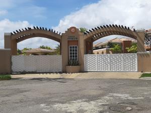 Townhouse En Ventaen Higuerote, Puerto Encantado, Venezuela, VE RAH: 20-912