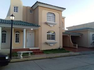 Townhouse En Ventaen Maracaibo, Fuerzas Armadas, Venezuela, VE RAH: 20-1266