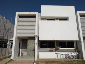 Townhouse En Ventaen Maracaibo, Lago Mar Beach, Venezuela, VE RAH: 20-5129
