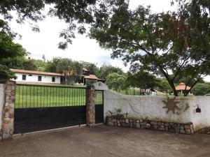 Casa En Ventaen Valencia, Safari Country Club, Venezuela, VE RAH: 20-5442